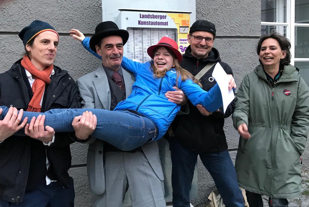 Vier Künstler und ich vor dem Kunstautomaten © Greiner